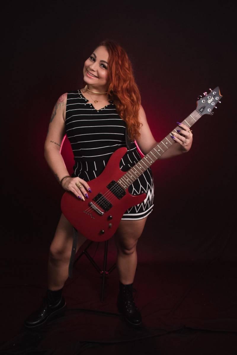 Cantora Francy Lima realiza live com clássicos das divas do Pop Rock Internacional